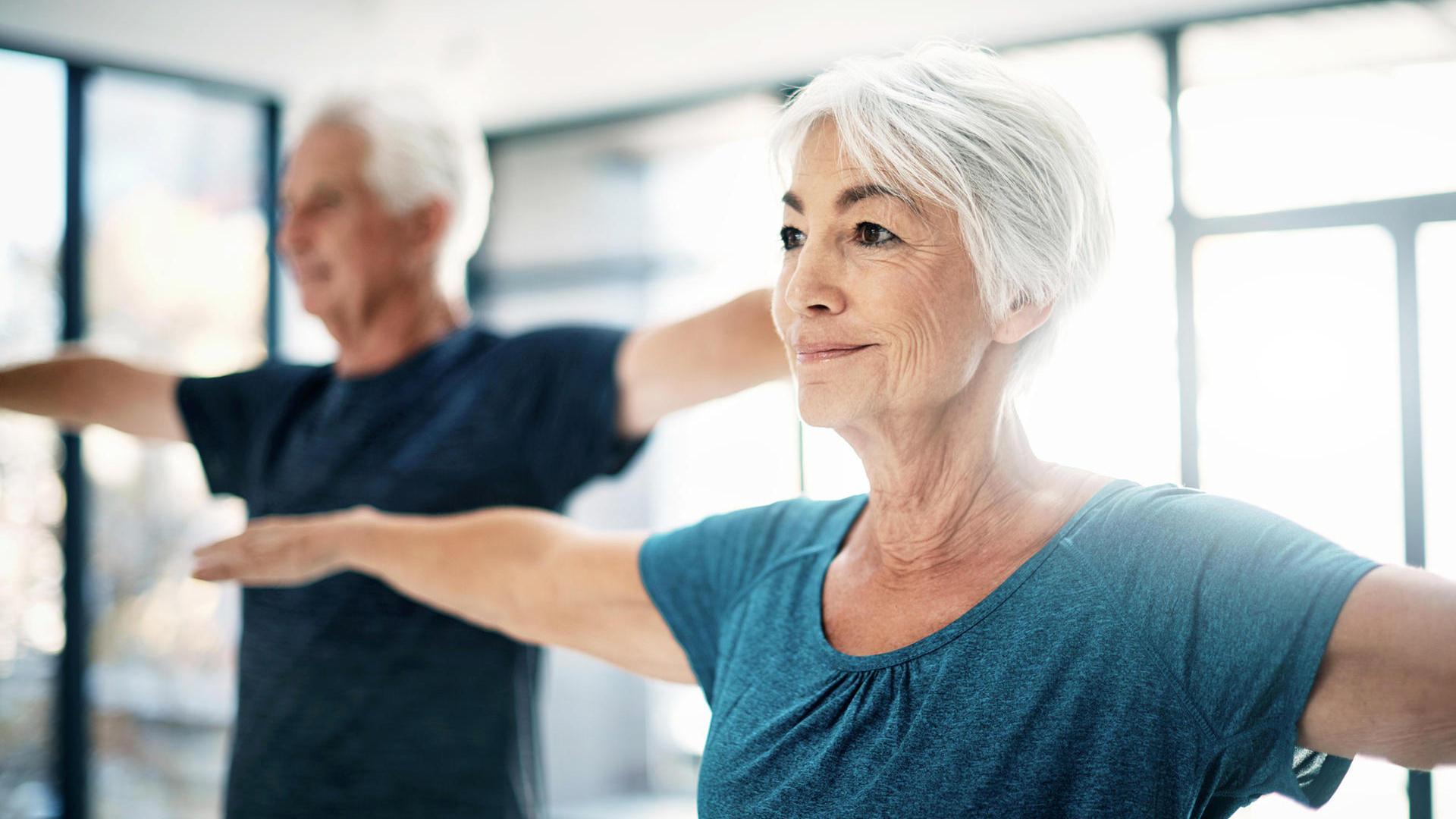 Mantenersi fisicamente e mentalmente attivi nella mezza età può essere legato a un minor rischio di sviluppare demenza decenni dopo,